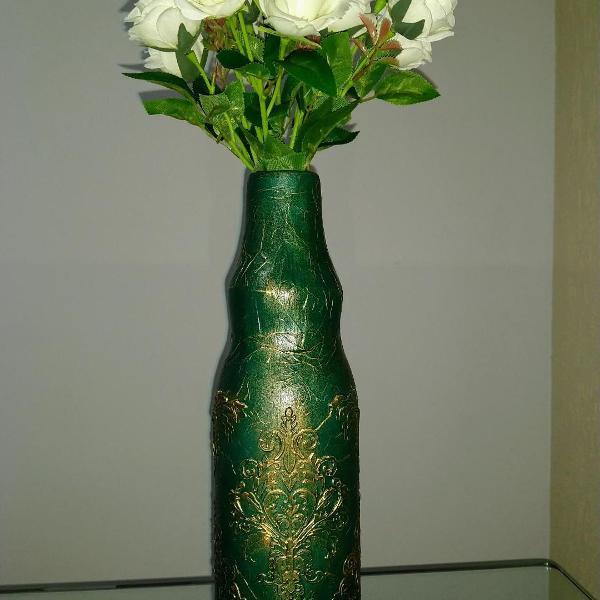 garrafa decorativa com detalhes dourado e envelhecido