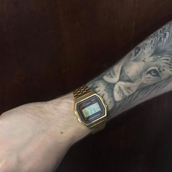 relógio casio vintage dourado com bordô