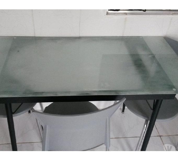 Mesa com tampo de vidro temperado com 4 cadeiras