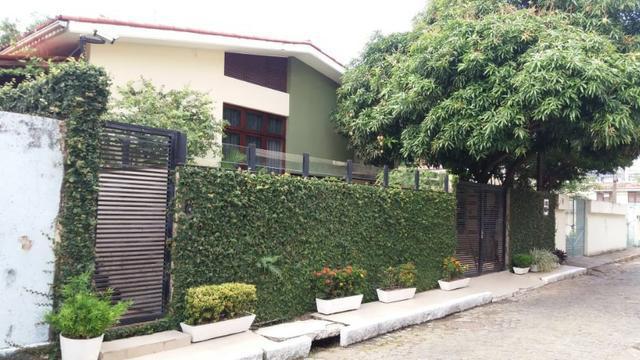 Casa para venda possui 221 metros quadrados com 5 quartos em