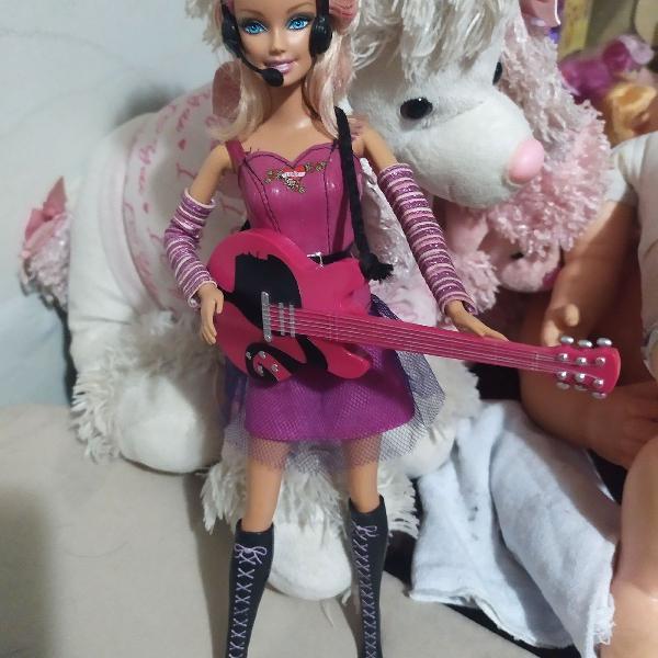 Linda boneca Barbie roqueira
