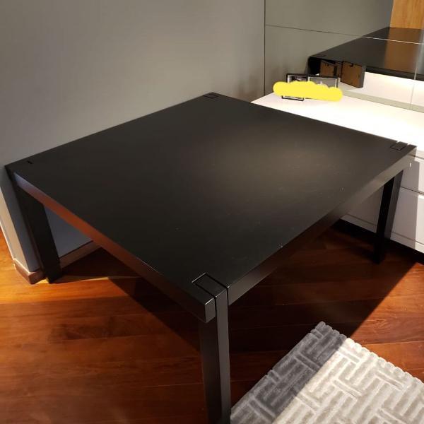 mesa com bancos em madeira maciça