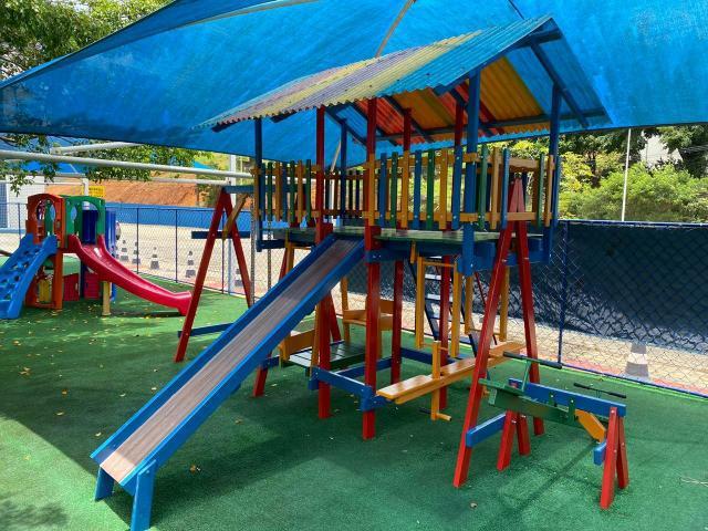 Playgrounds em madeira Parajú casinha de boneca e carrossel