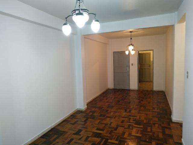 Apartamento com 03 quartos e 02 banheiros no Centro de