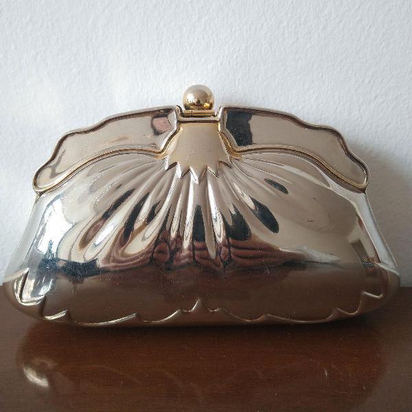 Bolsa de metal dourado com forro de camurça