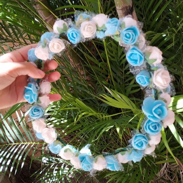 Coroa de flores azul e branco