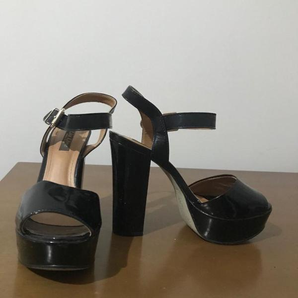 sandália preta meia pata salto grosso