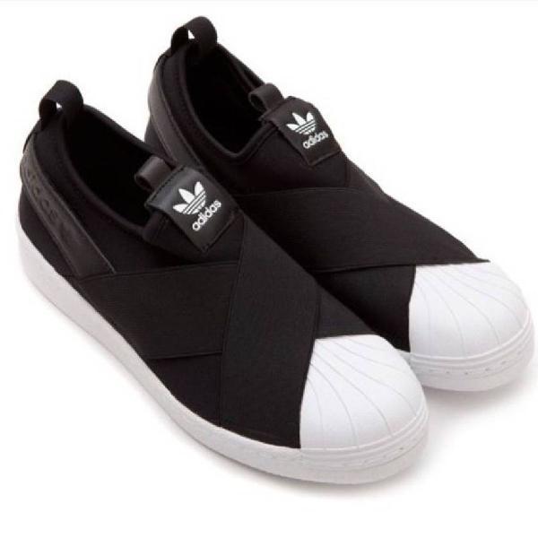 Adidas slip on preto com branco a pronta entrega