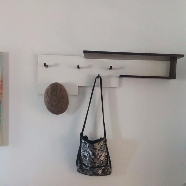 cabideiro de parede com prateleira em madeira de lei