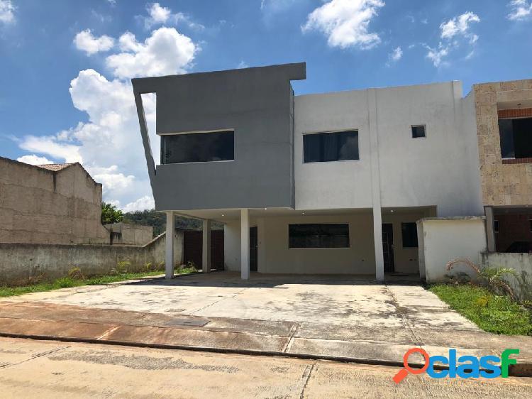 402915 Venta de hermosa casa en Lomas del Country Guataparo,