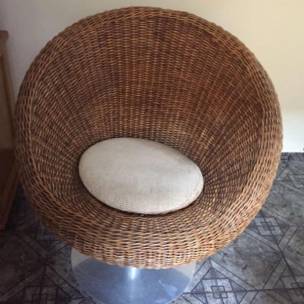cadeira de vime giratoria com pe em inox
