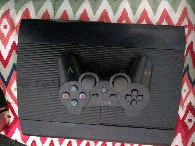 PS3 super slim 250 gb desbloqueado com 1 controle tudo. Ok