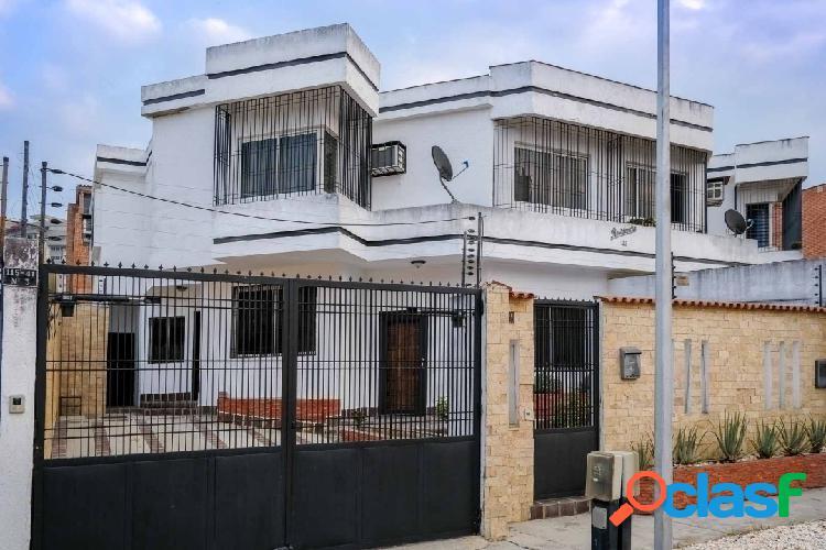 EN VENTA PRECIOSO TOWN HOUSE EN LA URB EL BOSQUE