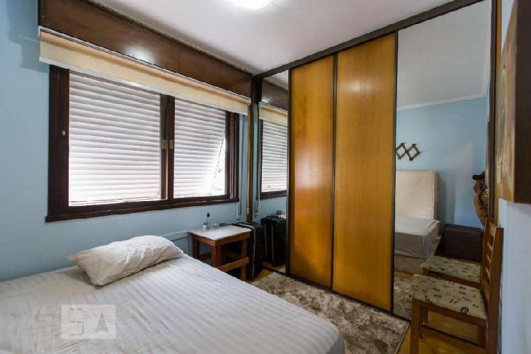 Amplo 2 dormitórios no Menino Deus c/garagem