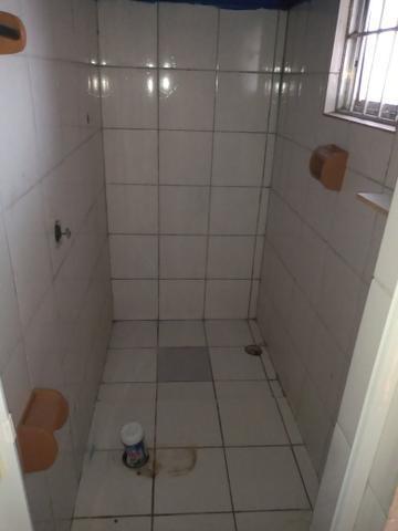 Casa individual - terreno com um cômodo, banheiro e área