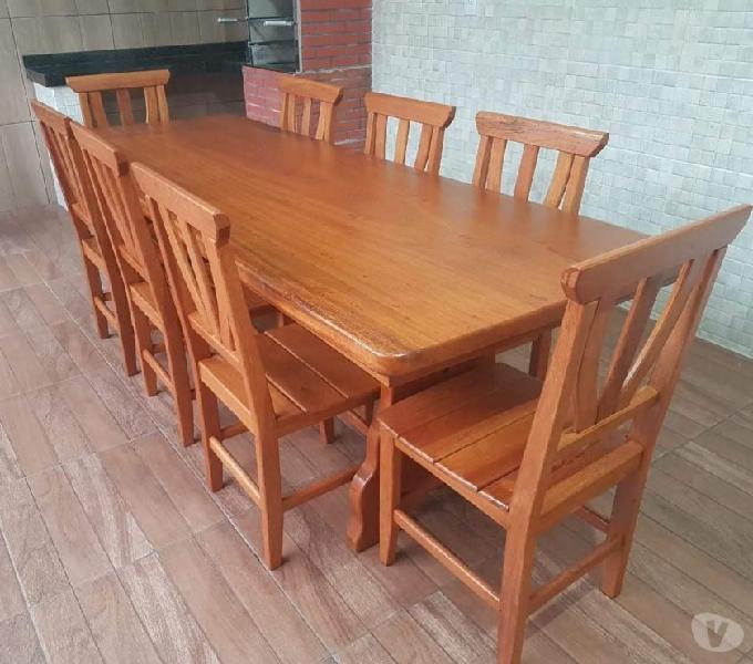 Mesas e cadeiras na madeira maciça.