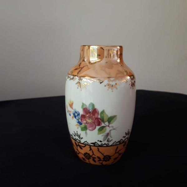 mini vaso de porcelana com detalhes em ouro