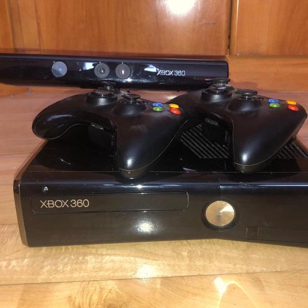 xbox 360 slim com kinect, jogos e dois controles