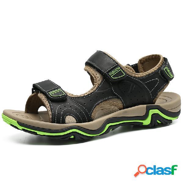 Homens que costuram a cor que obstrui as sandálias