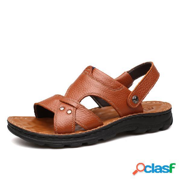 O couro genuíno dos homens abriu as sandálias exteriores