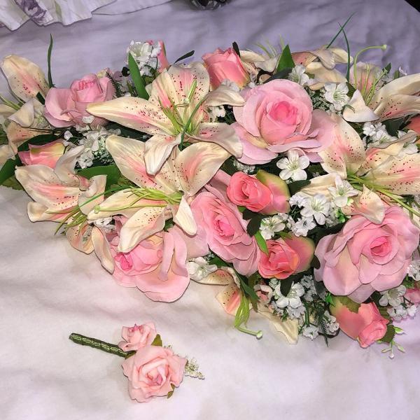 buquê cascata e flor de lapela