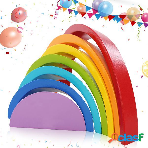 7 cores de madeira que empilham o arco-íris forma crianças