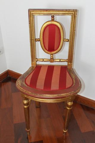Cadeira Colonial em Madeira e Estofado Dourado/Vermelho