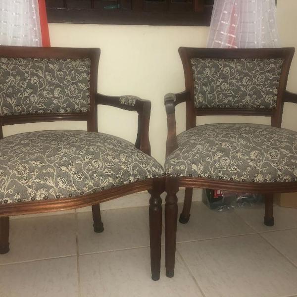 par de cadeiras em madeira de lei