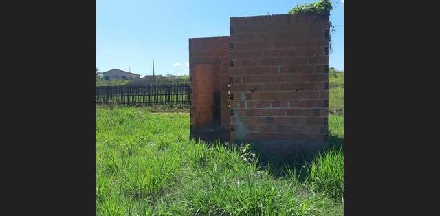 Vende terreno com casa iniciada - MGF Imóveis