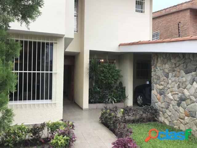 Bella, Amplia y Cómoda Casa en Venta en Calle Cerrada en El
