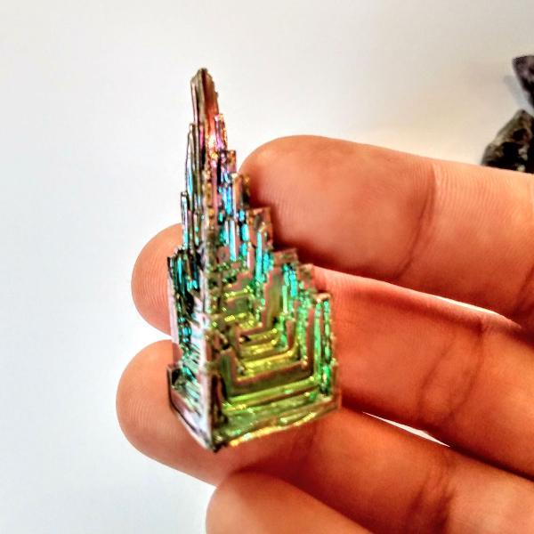cristal de bismuto em forma geométrica + pontas de cristais