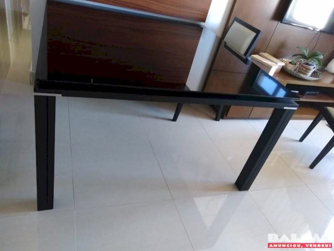 Mesa de jantar com tampo de vidro laqueado em preto em