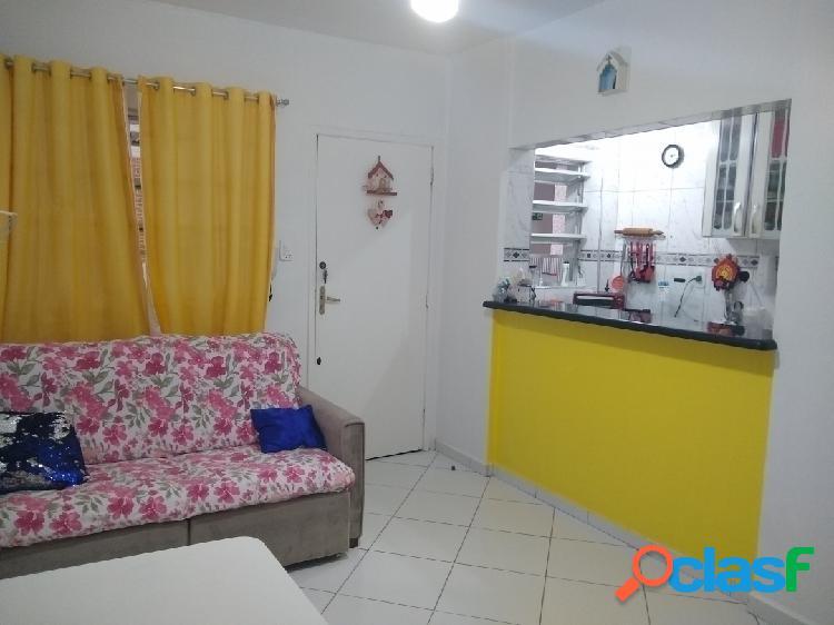 Sala living dividida em 1 quarto em Santos Ponta da Praia.