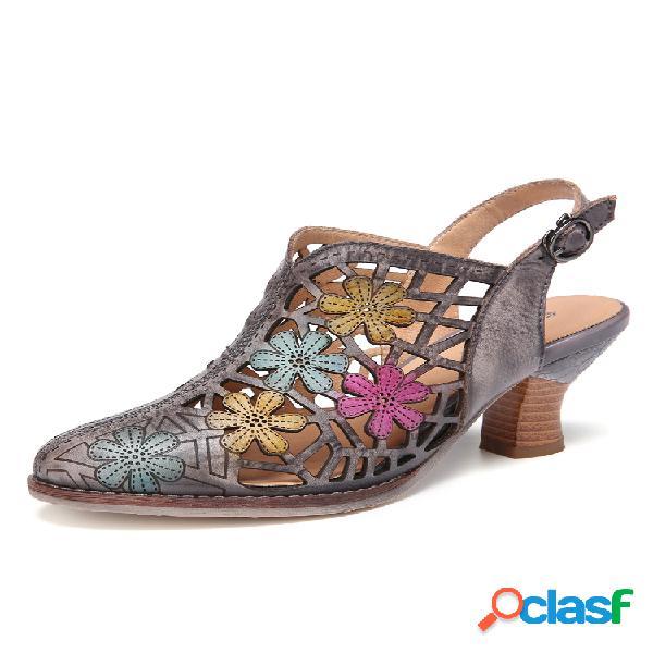 Sandálias de salto grosso com recorte floral de couro